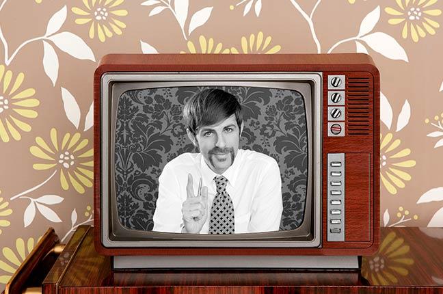 televisão antiga mostrando um apresentador